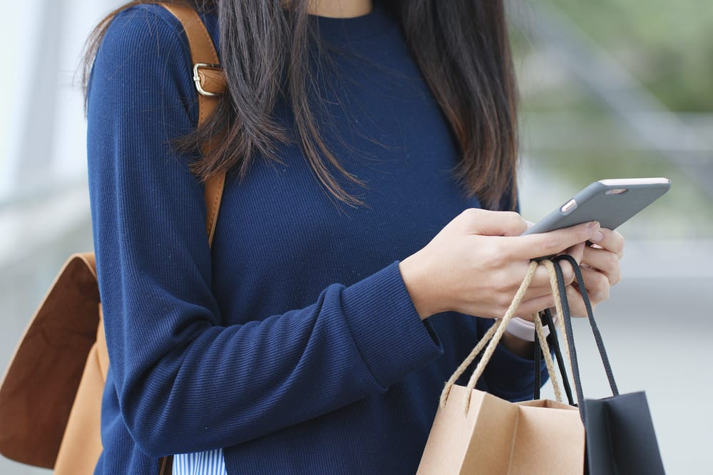 young shopper smartphone